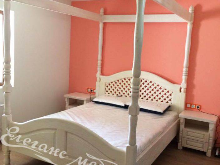Легло с балдахин и стилна орнаментика