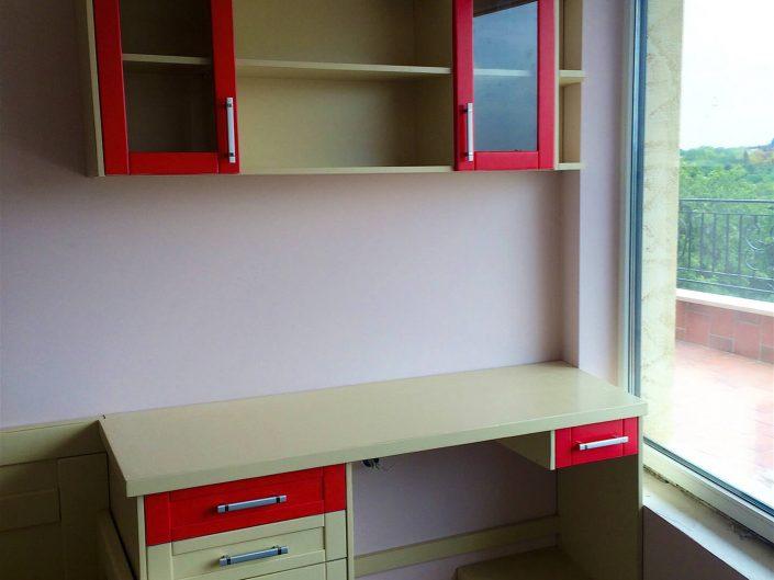 Бюро за детска стая в два цвята