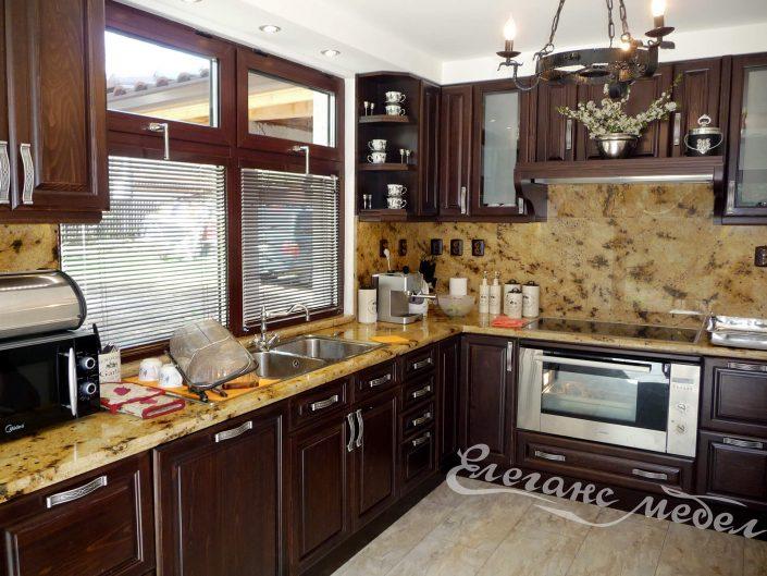 Ъглова кухня от дърво