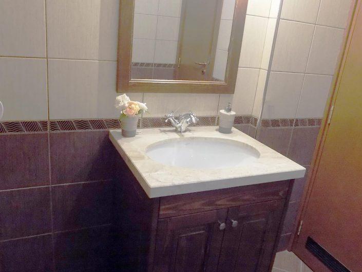 Шкаф с мивка и огледало