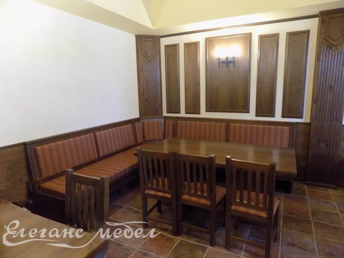Трапезна маса с ъгъл за сядане