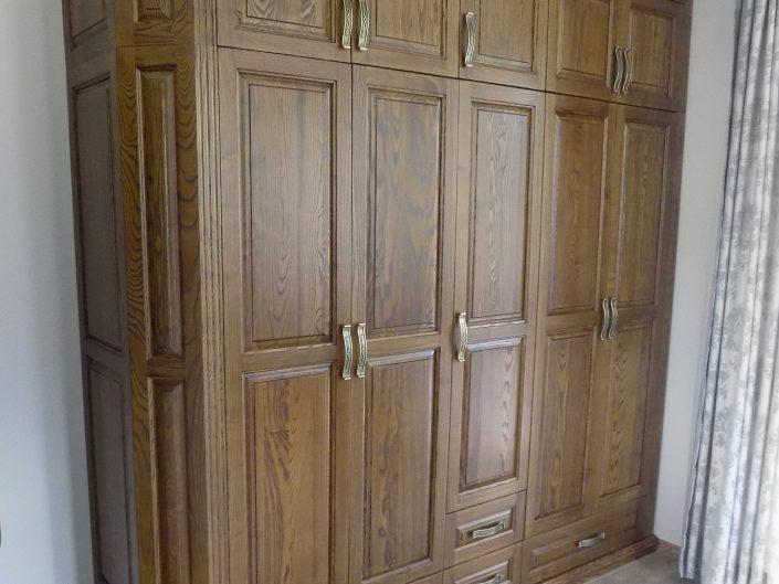 Масивен гардероб с орнаменти