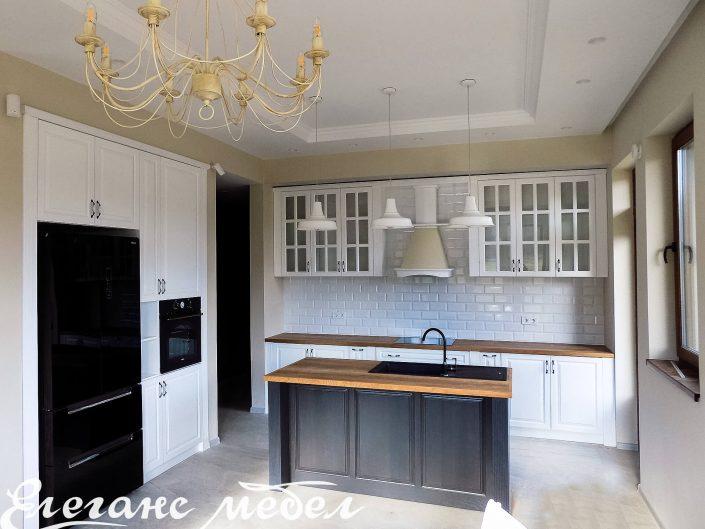 кухня от масив във бяло