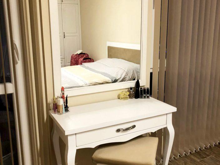 Тоалетка с огледало и табуретка от масив