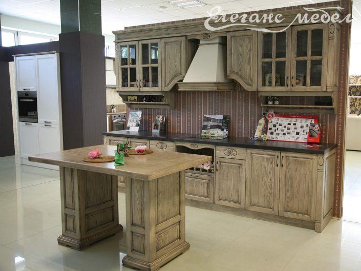 Кухня с островен шкаф от масив