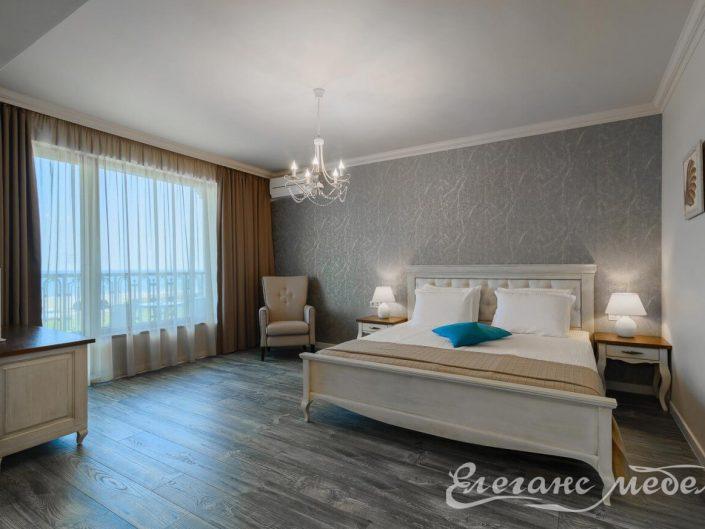 Спалня от масив с тапицерия