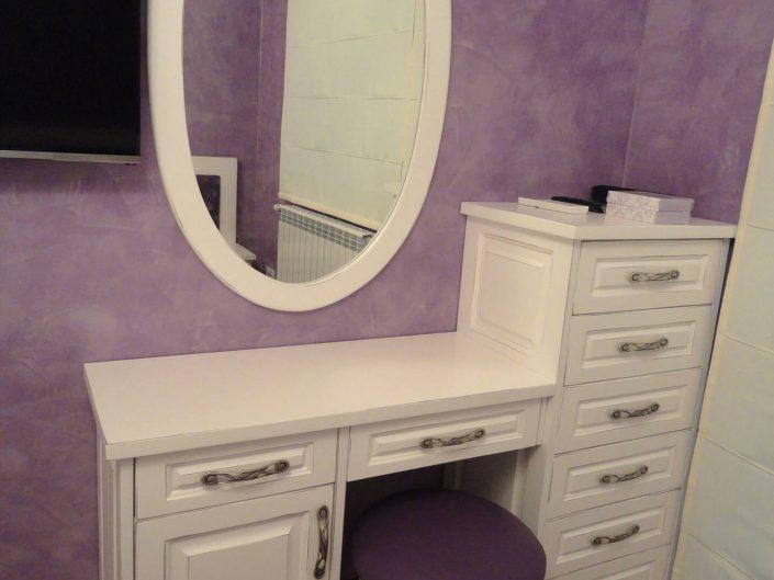 Тоалетка с огледало и стол с дамаска