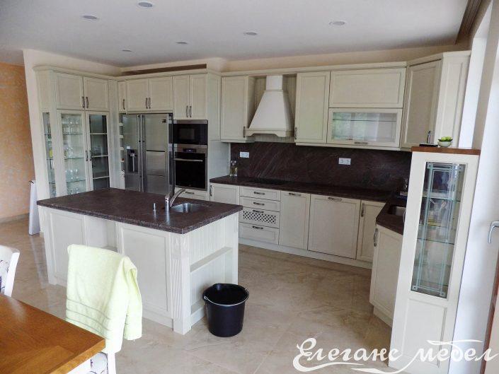 Кухня с островен шкаф съчетаваща два цвята